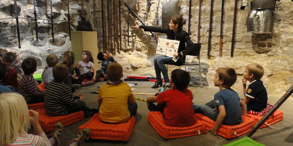An der Schlossgeschichtenschatulle im Schloss tauchen Kinder in eine Märchenwelt ein.