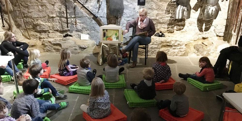 An der Schatulle im Ritterkeller von Schloss Frauenfeld geniessen Kinder eine unvergessliche Märchenstunde.