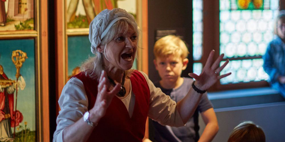 Insiderin Schlossdame Barbara weiss manch Spannendes über das Mittelalter zu berichten.